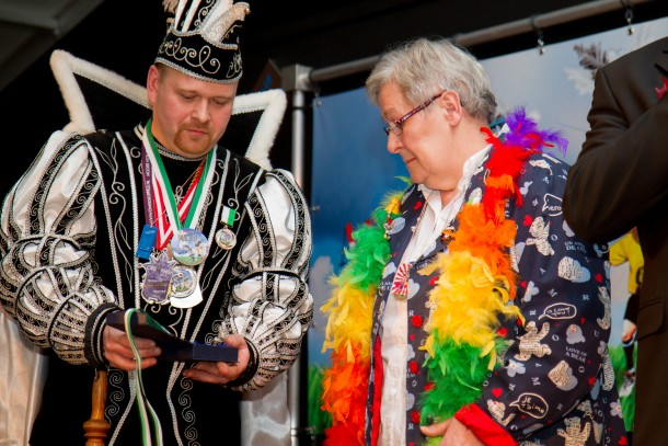 Maria Arts krijgt de Senior van het Jaar Award 2012 van Prins Metal