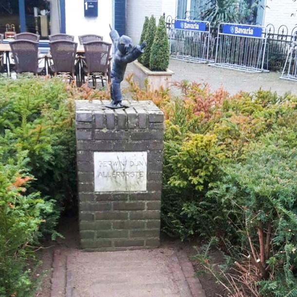 Het beeldje van Gerwin d'n allerurste bij het Heuvelplein in Gerwen