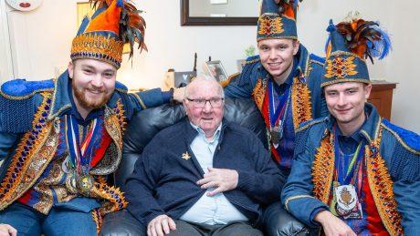 Prins Pajoto, Adjudanten Jopato en Tojopa feliciteren Frans Bunthof met zijn 55-jarig jubileum